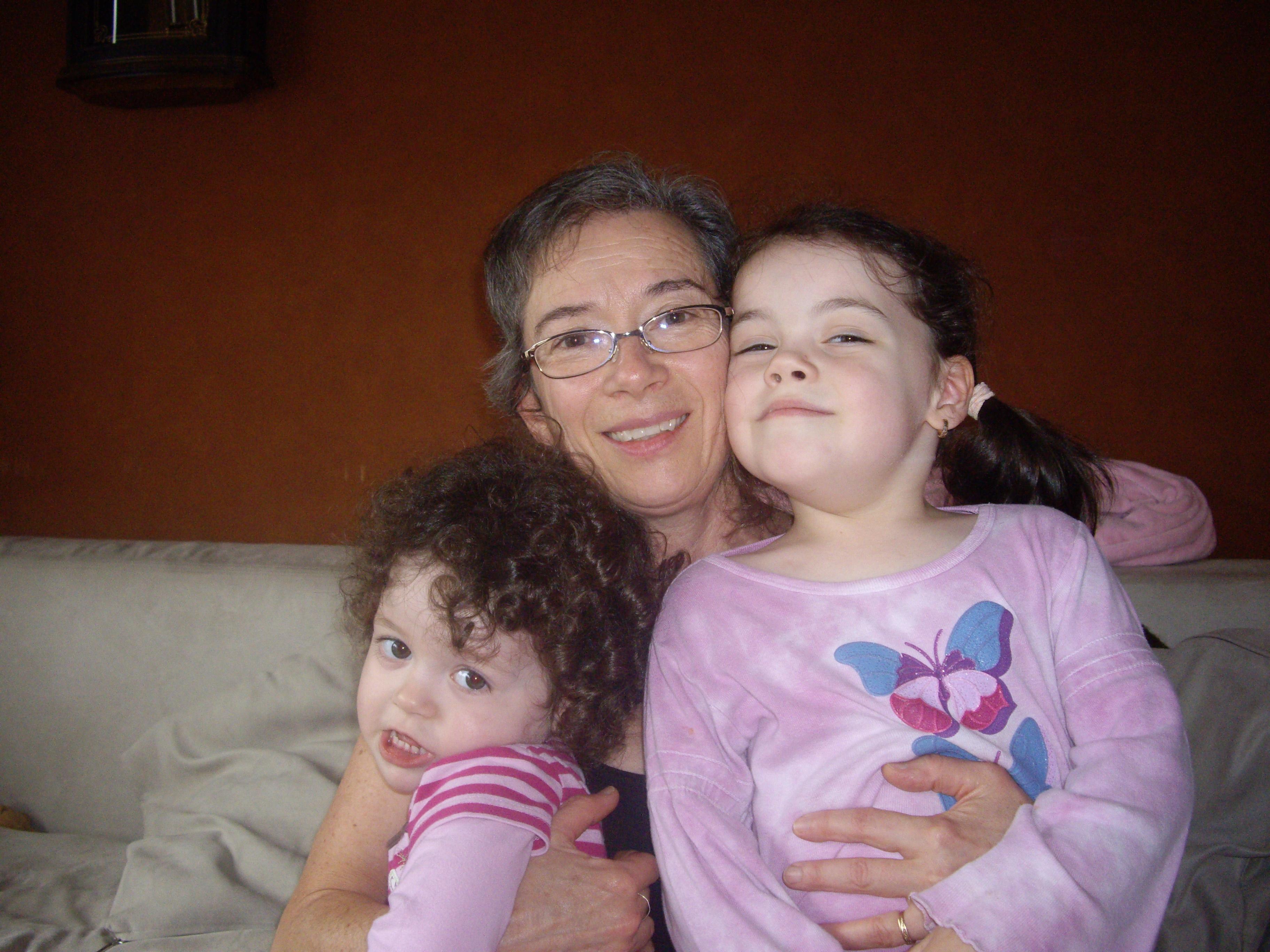 La reine-mère Cécile et deux de ses princesses, Mayla et Alex