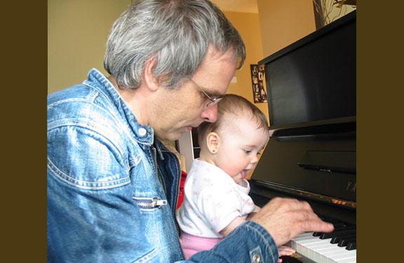 Mayla-au-piano+Sylvain