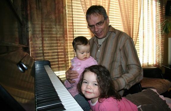 Sylvain et Mayla et Alex - Maintenant on se met a la musique. L'education du plus haut niveau est tres importante pour la cour royale .